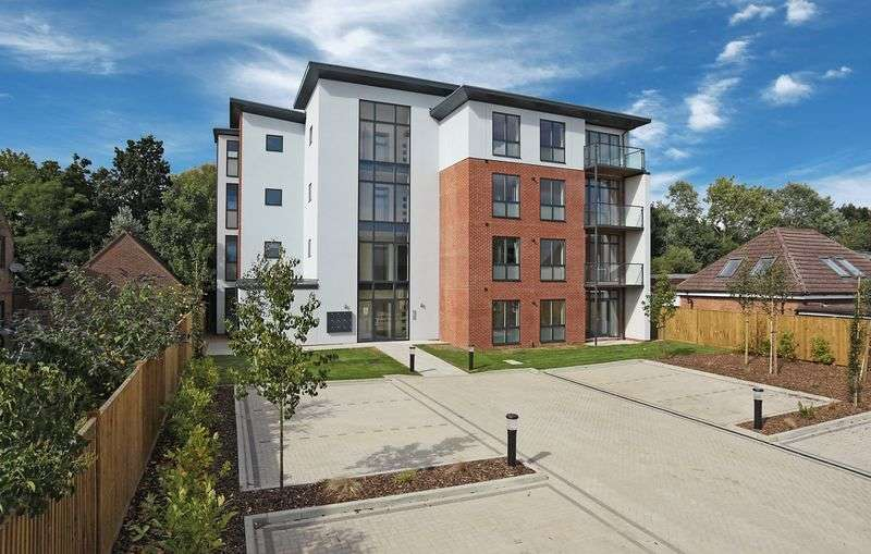 2 Bedrooms Flat for sale in Station Road, Burgess Hill, West Sussex