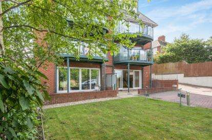 2 Bedrooms Flat for sale in 6 Goldcroft Avenue, Weymouth, Dorset