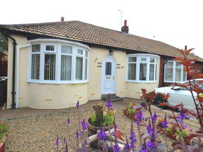 2 Bedrooms Bungalow for sale in Monks Avenue, Whitley Bay, Tyne and Wear, NE25