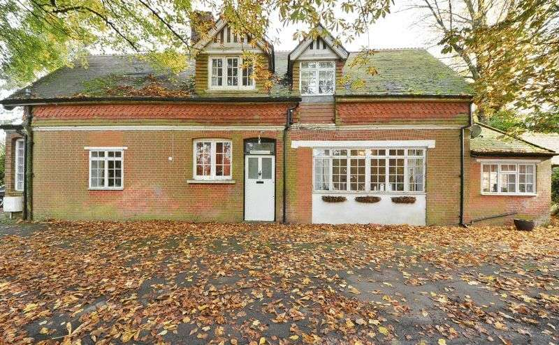 3 Bedrooms Detached House for sale in The Ridge, Caterham