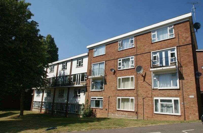 2 Bedrooms Flat for sale in Victor Close, Hornchurch