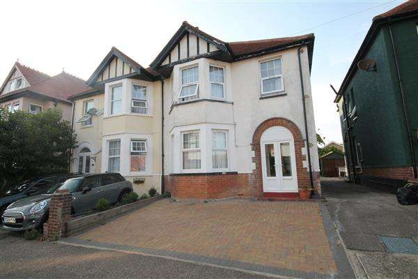 4 Bedrooms House for sale in Freeland Road, Clacton on Sea