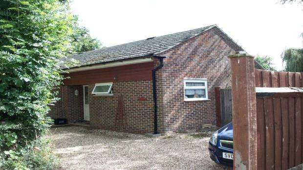 2 Bedrooms Detached Bungalow for sale in Chapel Lane, Spencers Wood, Reading