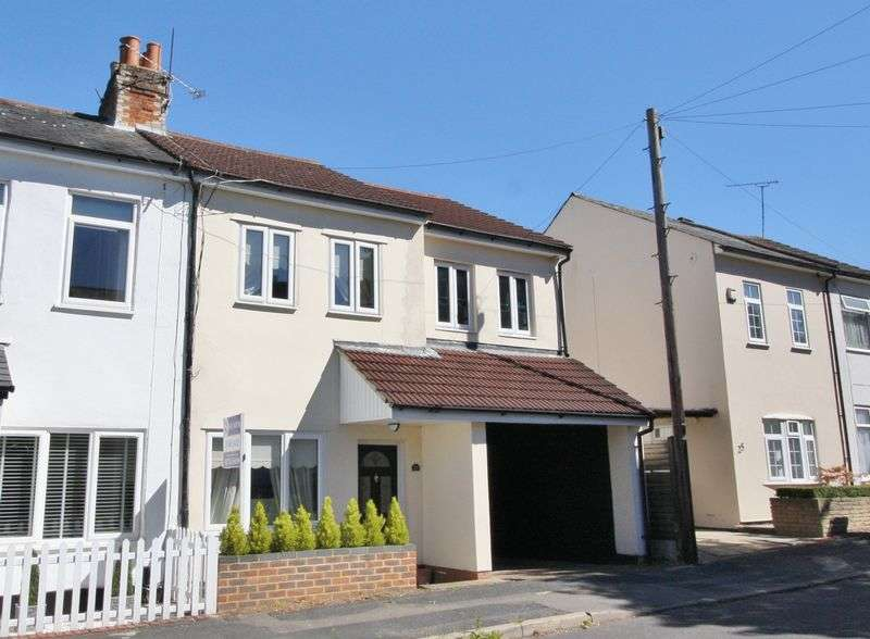 3 Bedrooms Semi Detached House for sale in Yeovil Road, Farnborough