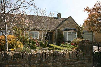 2 Bedrooms Bungalow for sale in Letch Hill Drive, Bourton-On-The-Water, Cheltenham