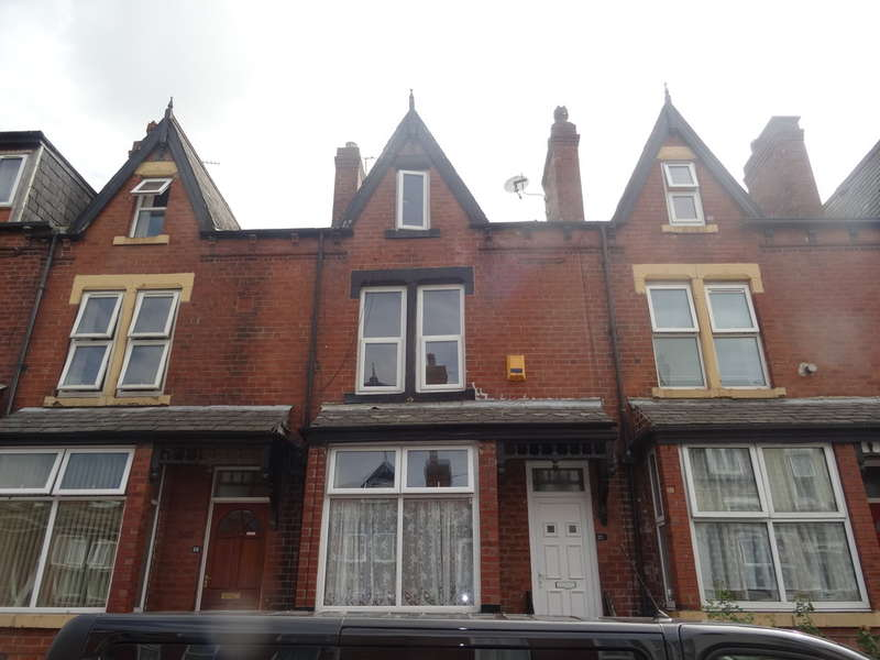 4 Bedrooms Terraced House for sale in Markham Avenue - Harehills