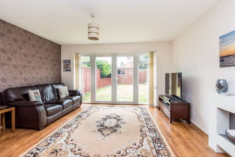 3 Bedrooms Semi Detached House for sale in Gloucester Court, Reading