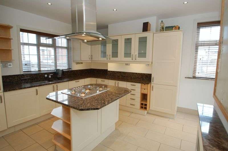 3 Bedrooms Flat for sale in High Street, Petersfield