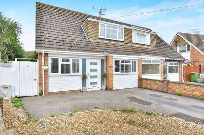 3 Bedrooms Semi Detached House for sale in Cromwell Avenue, Newport Pagnell