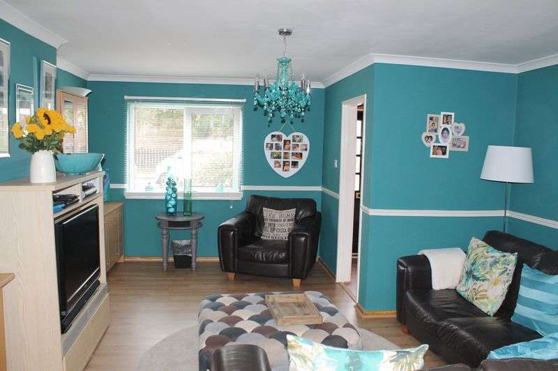 3 Bedrooms Semi Detached House for sale in Hornbeams Avenue, Enfield