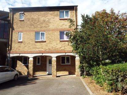 2 Bedrooms Flat for sale in Burnt Mills, Basildon, Essex