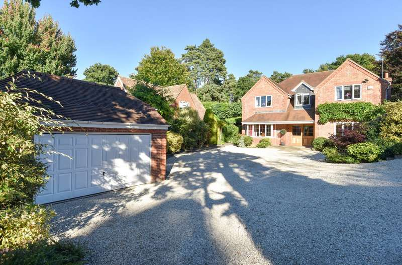 4 Bedrooms Detached House for sale in Headley Down