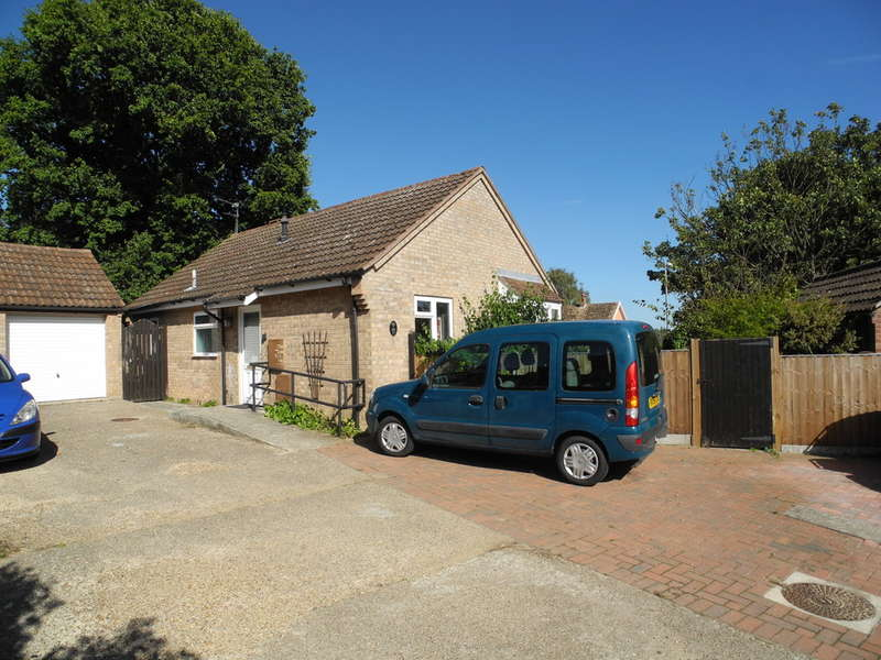 2 Bedrooms Detached Bungalow for sale in Cannell Road, Loddon