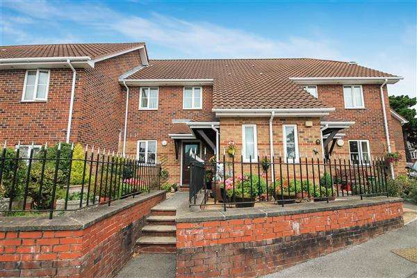 2 Bedrooms Flat for sale in Willow Park, Park Road, Lower Parkstone, Poole