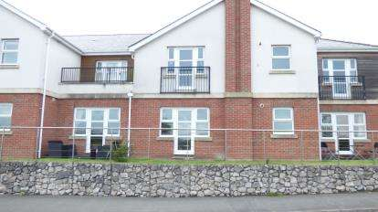 2 Bedrooms Flat for sale in Llys Rhostrefor, Amlwch Road, Benllech, Anglesey, LL74