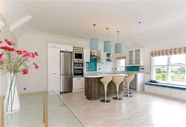 4 Bedrooms Flat for sale in Brook House, Hammingden Lane, Haywards Heath, West Sussex