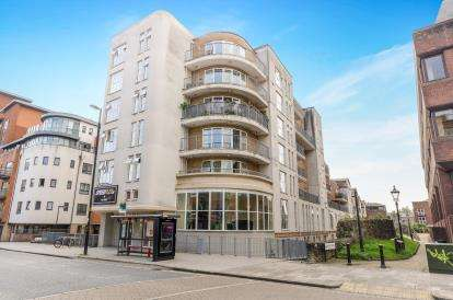 2 Bedrooms Flat for sale in 15 Lower Canal Walk, Southampton, Hampshire