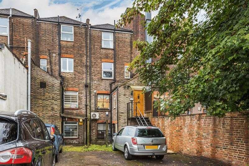 2 Bedrooms Flat for sale in Godstone Road, CATERHAM, Surrey