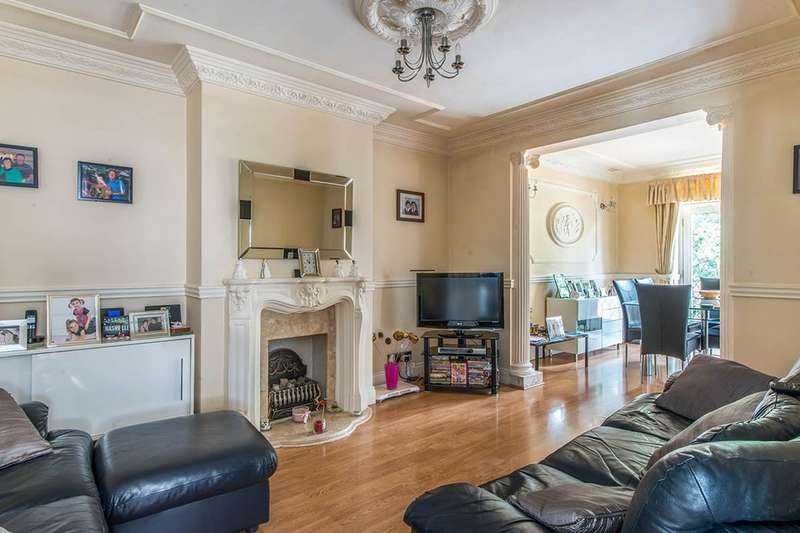 3 Bedrooms Semi Detached Bungalow for sale in Priory Drive, London, SE2