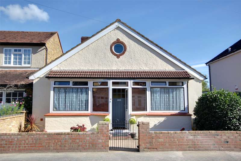 2 Bedrooms Detached Bungalow for sale in Park Avenue, Thorpe Lea, TW20