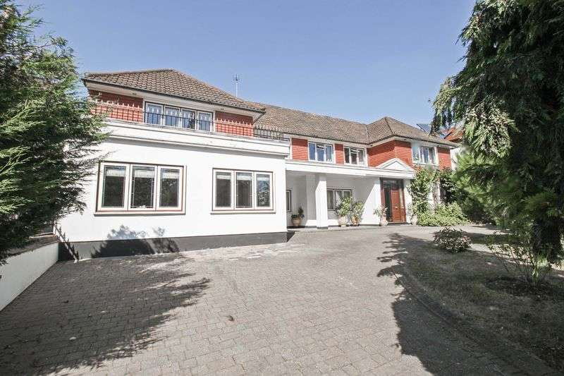 5 Bedrooms Detached House for sale in Courtland Drive, Chigwell
