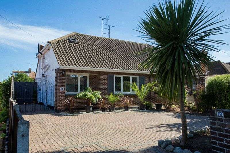 3 Bedrooms Semi Detached Bungalow for sale in Hobleythick Lane, Westcliff-On-Sea