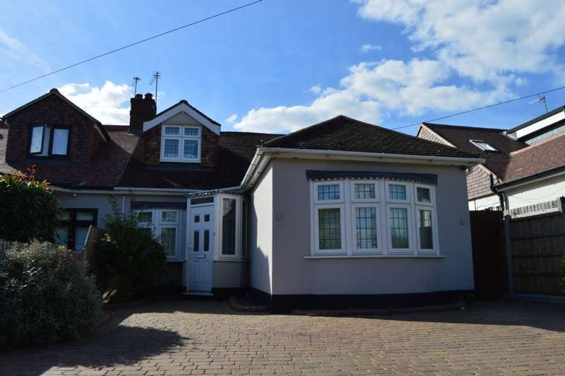 3 Bedrooms Semi Detached House for sale in Wingletye Lane, Hornchurch