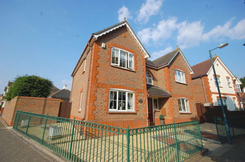 4 Bedrooms Detached House for sale in Eglinton Drive, Chancellor Park, Chelmsford, CM2