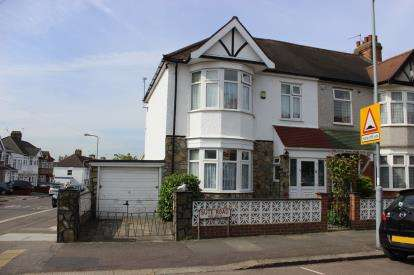 3 Bedrooms Semi Detached House for sale in Barkingside, Essex