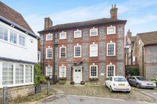 2 Bedrooms Flat for sale in Gate House, Edinburgh Square, Midhurst, West Sussex