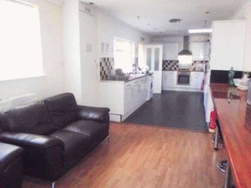 8 Bedrooms Terraced House for sale in 132 Town Centre