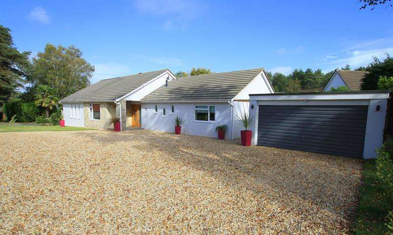 4 Bedrooms Bungalow for sale in Ashley Park, Ashley Heath, Ringwood