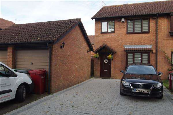 3 Bedrooms Semi Detached House for sale in Moore Close, Windsor Meadows, Cippenham