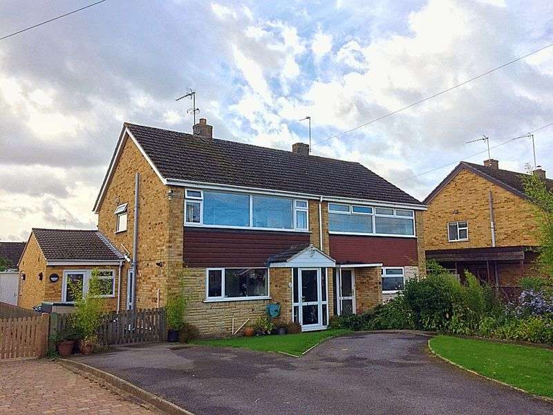4 Bedrooms Semi Detached House for sale in Horton Drive, Middleton Cheney