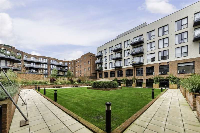 3 Bedrooms Property for sale in Penthouse Apartment, Llanvanor Road, London, NW11