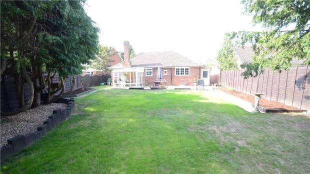 3 Bedrooms Bungalow for sale in Whitley Wood Road, Reading, Berkshire