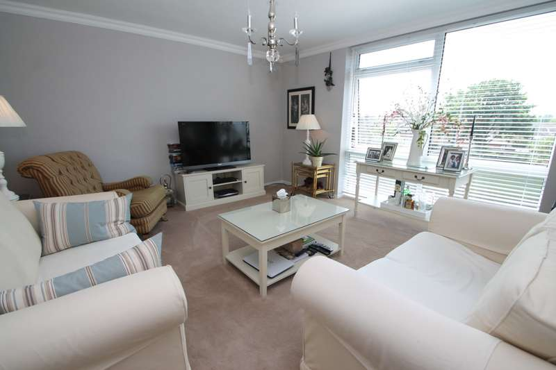 2 Bedrooms Flat for sale in Amanda Court, Edward Way, Ashford, TW15