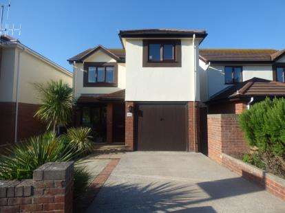 3 Bedrooms Detached House for sale in The Oval, Llandudno, Conwy, LL30