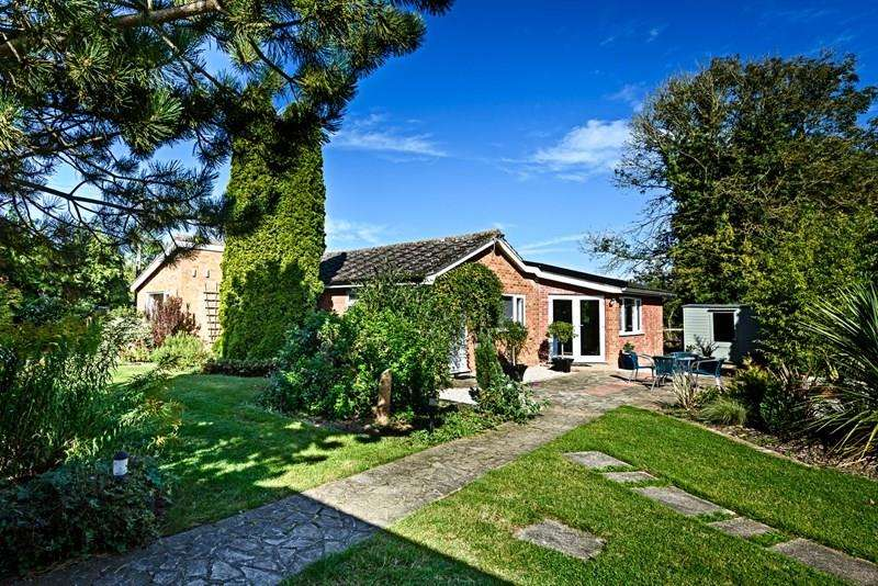 4 Bedrooms Detached Bungalow for sale in Sneath Road, Aslacton, Norwich