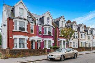 2 Bedrooms Flat for sale in Holmesdale Road, London, .