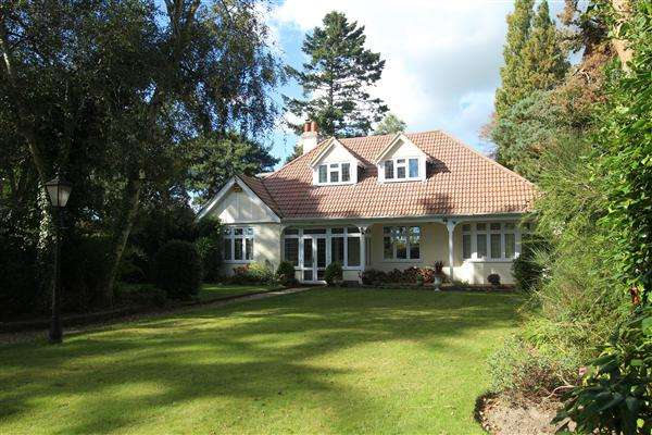 5 Bedrooms Bungalow for sale in Hurn Way, Christchurch