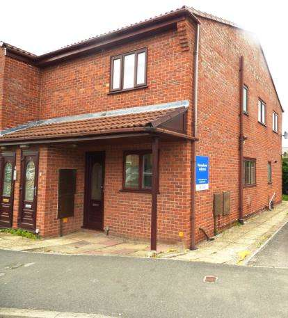 2 Bedrooms Flat for sale in Foxes Close, Mancot, Flintshire, CH5
