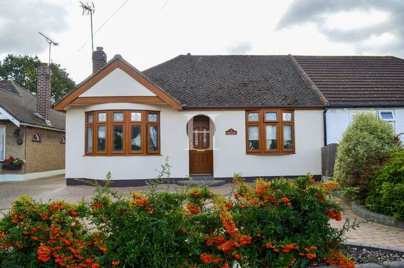 2 Bedrooms Semi Detached Bungalow for sale in Oak Walk, Hockley, Essex, SS5