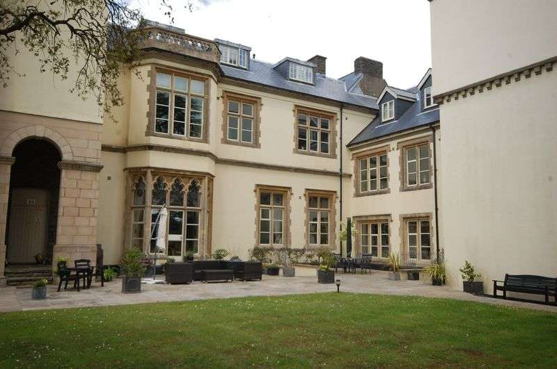2 Bedrooms Flat for sale in 25 The Manor, Talygarn, CF72 9WT