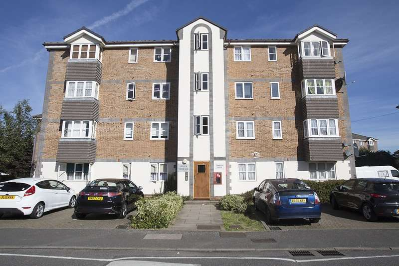 2 Bedrooms Flat for sale in Tennyson Close, Enfield, Middlesex, EN3