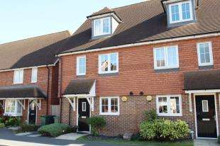 4 Bedrooms Semi Detached House for sale in Newman Road, Horley, Surrey