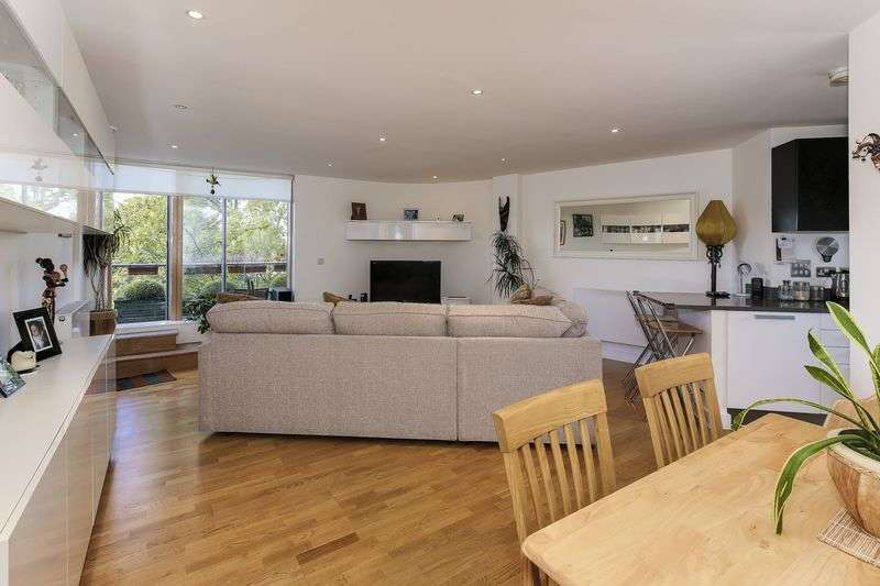2 Bedrooms Flat for sale in Sutton Place, N10