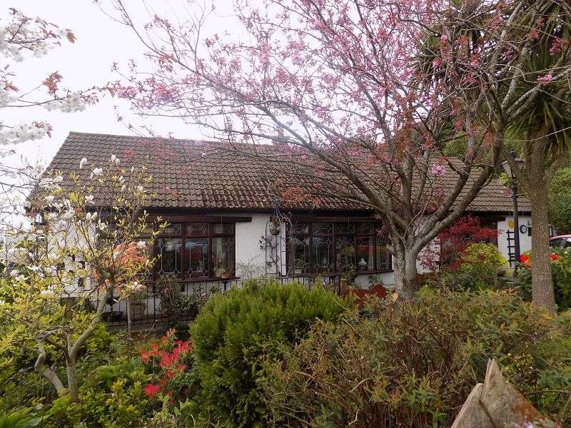 3 Bedrooms Detached Bungalow for sale in Broomhill , Penycae, Port Talbot, Neath Port Talbot. SA13 2US
