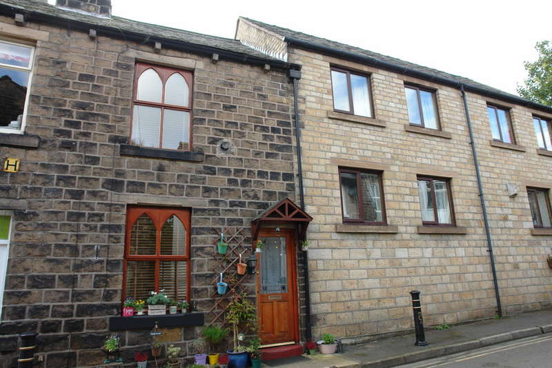 2 Bedrooms Terraced House for sale in Moorgate Street, Uppermill, Saddleworth