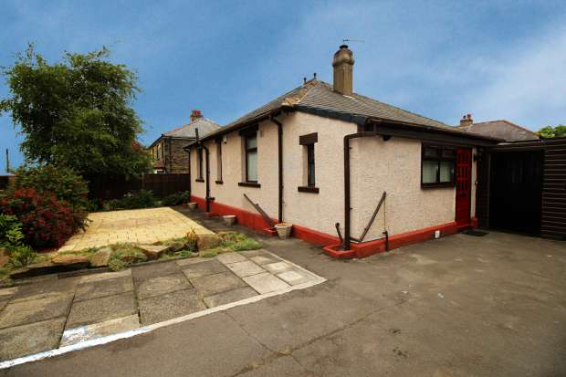 2 Bedrooms Detached Bungalow for sale in Moorecroft Drive, West Yorkshire, Bradford, West Yorkshire, BD4 6NJ
